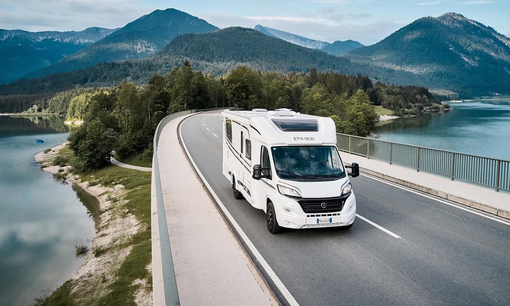 Puoli-integroitu Etrusco-matkailuauto maantiellä.