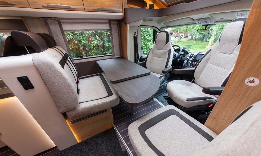 KnausSKYti700MEG-asuntoauton istuinryhmä.