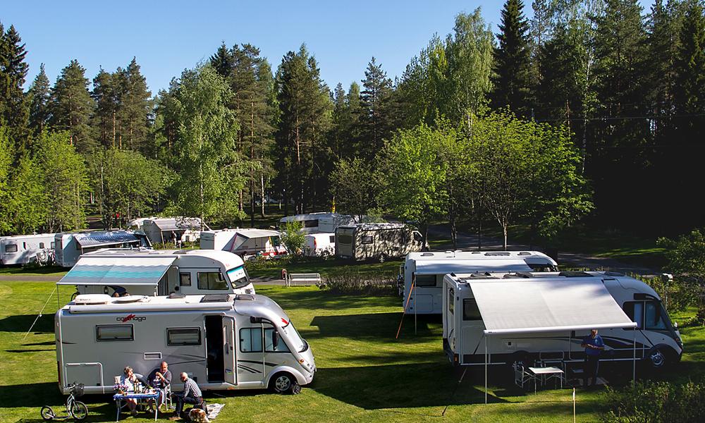 Asuntoautoja ja karavaanareita Seinäjoen leirintäalueen nurmikolla.