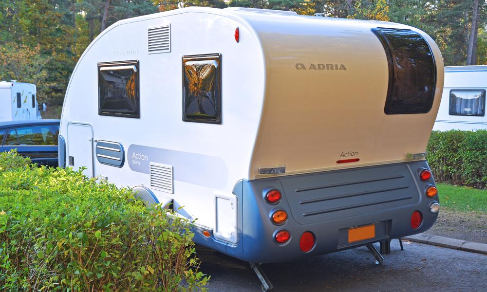 Adria Action 391 PH -asuntovaunu takaapäin.